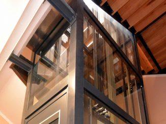 Glasaufzug nach Maß: Verankerung des Schachtgerüstes an Geschoßdecke