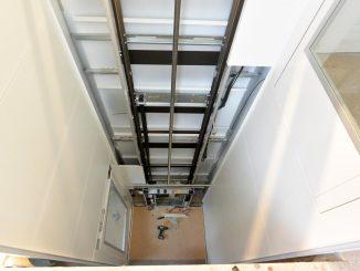 Plattform oder Aufzugskabine: Plattform im Aufzugsschacht während der Montage.