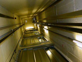 Aufzugsschacht Serie 950: 1.600 mm x 1.700 mm für einen begleiteten Rollstuhlfahrer
