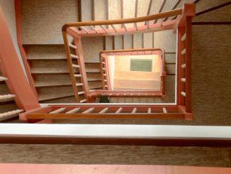 Plattformaufzug nach Maß: Treppenauge vor dem Einbau eines Aufzugs