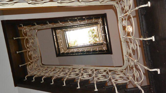 Was darf ein Aufzug kosten? Nachrüstung eines 17 m hohen Treppenhauses mit einem Glasaufzug
